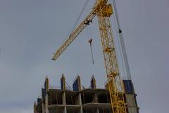 Gru e sito della costruzione di edifici contro cielo blu Immagini Stock