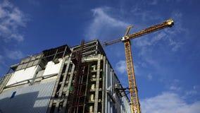 Gru e sito gialli della costruzione di edifici Fotografia Stock