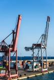 Gru enorme del porto circondata dai contenitori fotografia stock libera da diritti