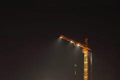Gru gialla alta con illuminazione Fotografia Stock Libera da Diritti