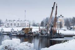 Gru industriali del porto in Russia fotografia stock