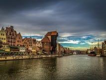 Gru medievale famosa a Danzica, Polonia nella sera con il cielo nuvoloso blu scuro scenico fotografie stock