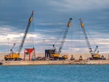 Gru naval en la orilla del mar de Monopoli. Apulia. imagen de archivo