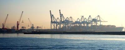 Gru nel panorama del porto di Napoli fotografia stock