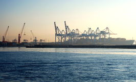 Gru nel panorama del porto di Napoli fotografia stock libera da diritti