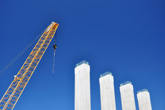Gru nella costruzione di ponte Immagini Stock