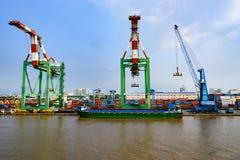 Gru in porto di Ho Chi Minh City o di Saigon, Vietnam fotografia stock libera da diritti