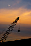 Gru portuale contro il cielo di sera Immagini Stock Libere da Diritti