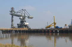 Gru portuali lungo il Tilbury in Essex fotografie stock libere da diritti