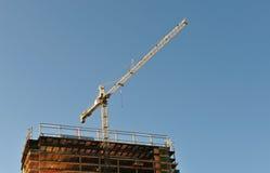 Gru sopra costruzione Fotografia Stock Libera da Diritti