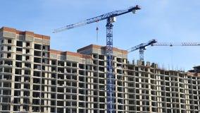 Gru su una costruzione di appartamento Fotografia Stock Libera da Diritti