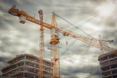 Gru sul cantiere vicino alle costruzioni concrete Concetto del primo piano della costruzione Immagine Stock Libera da Diritti
