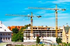 Gru a torre, costruzione di una casa residenziale, una gru contro il cielo, un contrappeso, orizzonte industriale fotografia stock