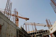 Gru a torre della costruzione contro il cielo ed il calcestruzzo Immagini Stock Libere da Diritti