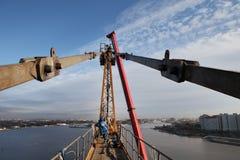 Gru a torre della regolazione, impianti ad alta altitudine di costruzione Immagini Stock