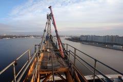 Gru a torre di montaggio, impianti ad alta altitudine dell'installazione Immagini Stock Libere da Diritti
