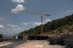 Gru a torre e costruzione della costruzione in foresta Fotografie Stock Libere da Diritti