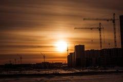 Gru a torre e costruzione di nuovi appartamenti immagine stock libera da diritti