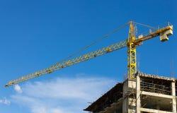 Gru a torre e grattacielo sul fondo del cielo blu Fotografia Stock Libera da Diritti