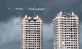 Gru a torre e una costruzione delle due costruzioni Immagini Stock
