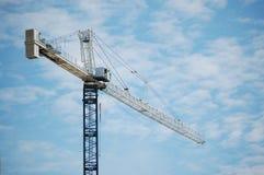 Gru a torre ed il cielo blu Fotografia Stock Libera da Diritti