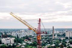 Gru a torre gialla rossa della costruzione contro il cielo Orizzonte, uguagliante orizzonte Edificio e costruzione Macchine ed im Immagini Stock