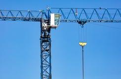 Gru a torre su un cantiere contro un cielo blu Fotografia Stock