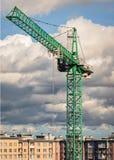 Gru a torre verde su un fondo delle nuvole fotografia stock