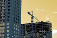 Gru a torre vicino alla costruzione di nuova casa Fotografia Stock