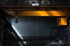 Gru in una vecchia fabbrica immagine stock libera da diritti