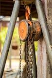 Grua Chain com um grande polo de madeira. Imagens de Stock