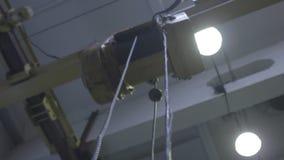 Grua da produção da carga na planta na loja video estoque