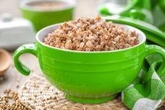 Gruau bouilli frais de sarrasin et grain cru Photographie stock libre de droits