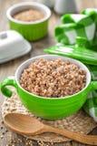 Gruau bouilli frais de sarrasin et grain cru Photographie stock
