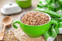Gruau bouilli frais de sarrasin et grain cru Photos stock