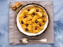 Gruau d'amaranthe avec les pommes et la cannelle Image libre de droits