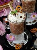 Gruau d'avoine avec du chocolat et la crème fouettée Photo libre de droits