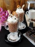 Gruau d'avoine avec du chocolat et la crème fouettée Images stock