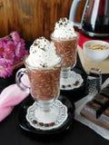 Gruau d'avoine avec du chocolat et la crème fouettée Image libre de droits