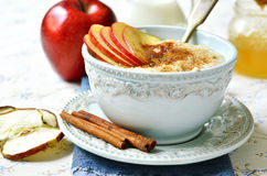 Gruau d'avoine avec la pomme, le miel et la cannelle Photographie stock libre de droits