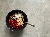 Gruau d'orge avec la noix de coco, pistaches, graines de grenade, mélasse de grenade Photographie stock
