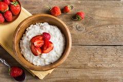 Gruau de farine d'avoine avec des fraises Images libres de droits