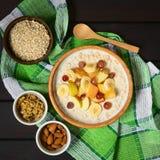 Gruau de farine d'avoine avec des fruits image stock