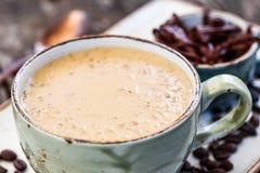 Gruau de farine d'avoine avec le coffe et chocolat râpé sur la table en bois lumineuse Foyer sélectif images libres de droits