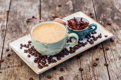 Gruau de farine d'avoine avec le coffe et chocolat râpé sur la table en bois lumineuse Foyer sélectif photos stock