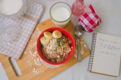 Gruau de farine d'avoine de petit déjeuner avec des bananes, des graines, des écrous et le lait Photos libres de droits