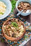 Gruau de millet avec des champignons de lard et de porcini Cuisine russe photos stock