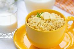 Gruau de millet avec du beurre et le lait Images stock