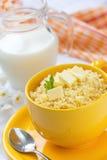 Gruau de millet avec du beurre et le lait Photo stock