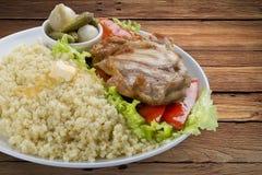 Gruau de millet avec le poulet, les conserves au vinaigre et les légumes image stock